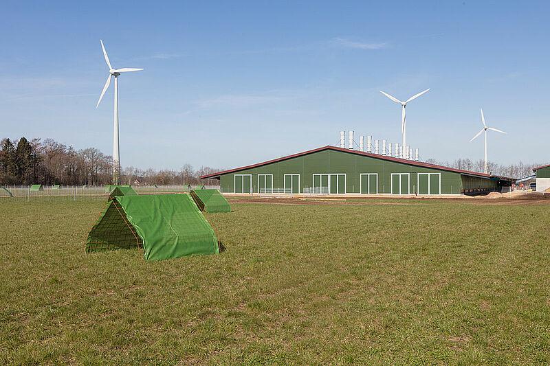 Buitenkant van de stal voor bio-leghennenhouderij
