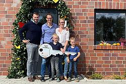 Groepsfoto met twee mannen, een vrouw en twee kinderen.